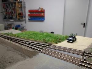 Es entsteht die Straße und der Bahnübergang, auch erstes Grün sprießt bereits.