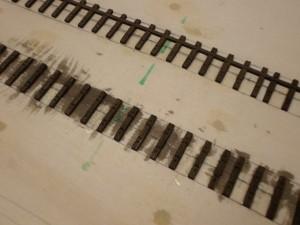Die jetzt nicht mehr notwendigen Stege des Gleisrostes werden mit dem Skalpell entfernt.
